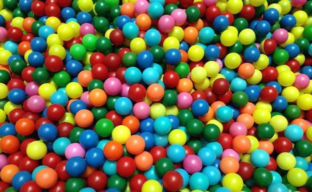 pelotas en piscina sueño