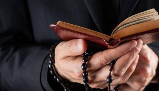 soñar con sacerdote leyendo la biblia