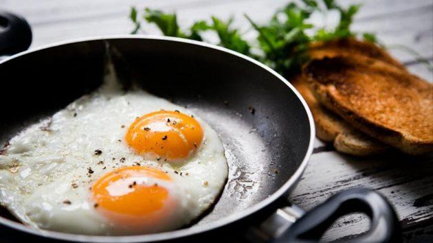 soñar con huevos fritos