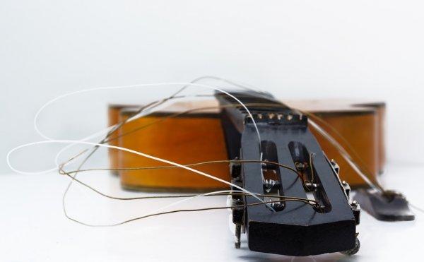 soñar con guitarra dañada cuerdas imagen