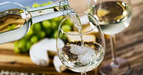 soñar con vino blanco