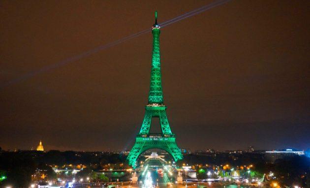 soñar con la torre eiffel iluminada
